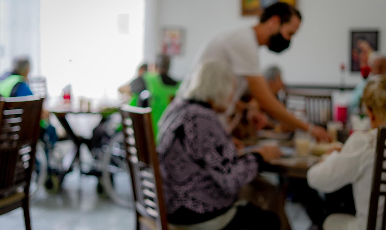 Comer con personas de la tercera edad en Querétaro